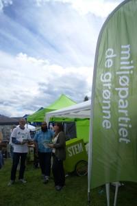 Hans Petter Sveen (på besøk fra Eidsvoll MDG), Javed Rasool og Gunnhild Kristiansen på stand for Miljøpartiet De Grønne på Nannestadfestivalen 2015