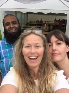 Aldri feil med en selfie på stand! Javed, Tone og Gunnhild gleder seg til valgkamp!